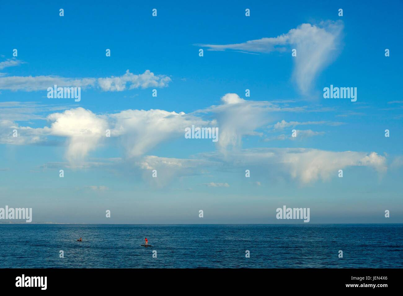 West Bay, Dorset, UK. 26th June, 2017. UK Weather. Wispy cloud formations in the sky on a glorious sunny evening - Stock Image
