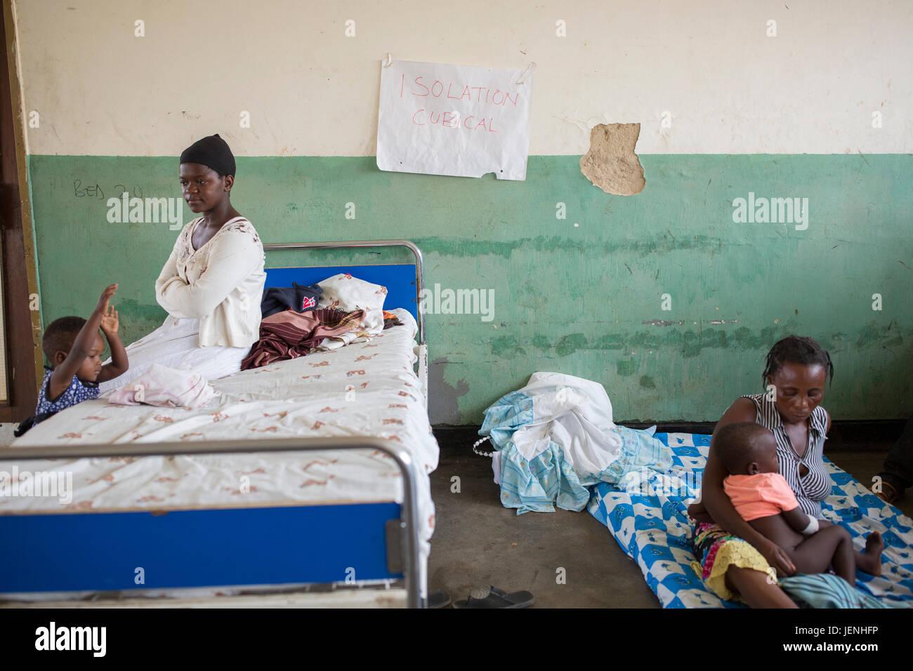 Mothers and children sit in the isolation ward in Bundibugyo Hospital, Uganda. - Stock Image