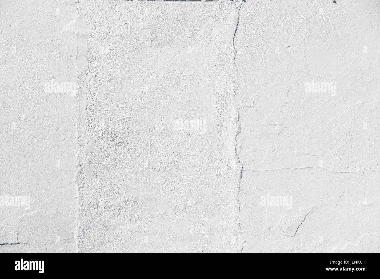 white painted stucco wall with cracks - Stock Image