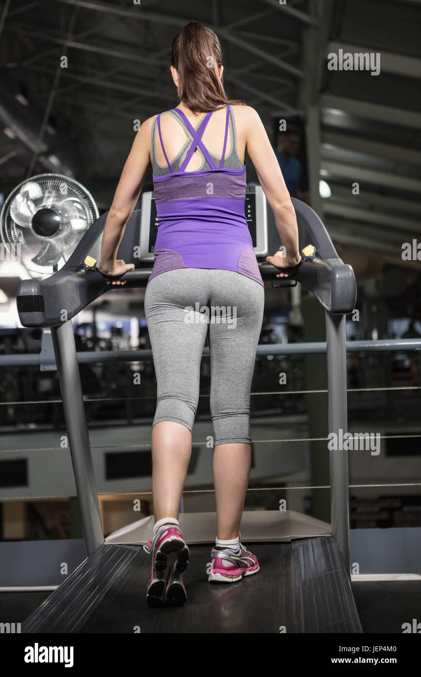 Rear view of pregnant woman on tredmill - Stock Image