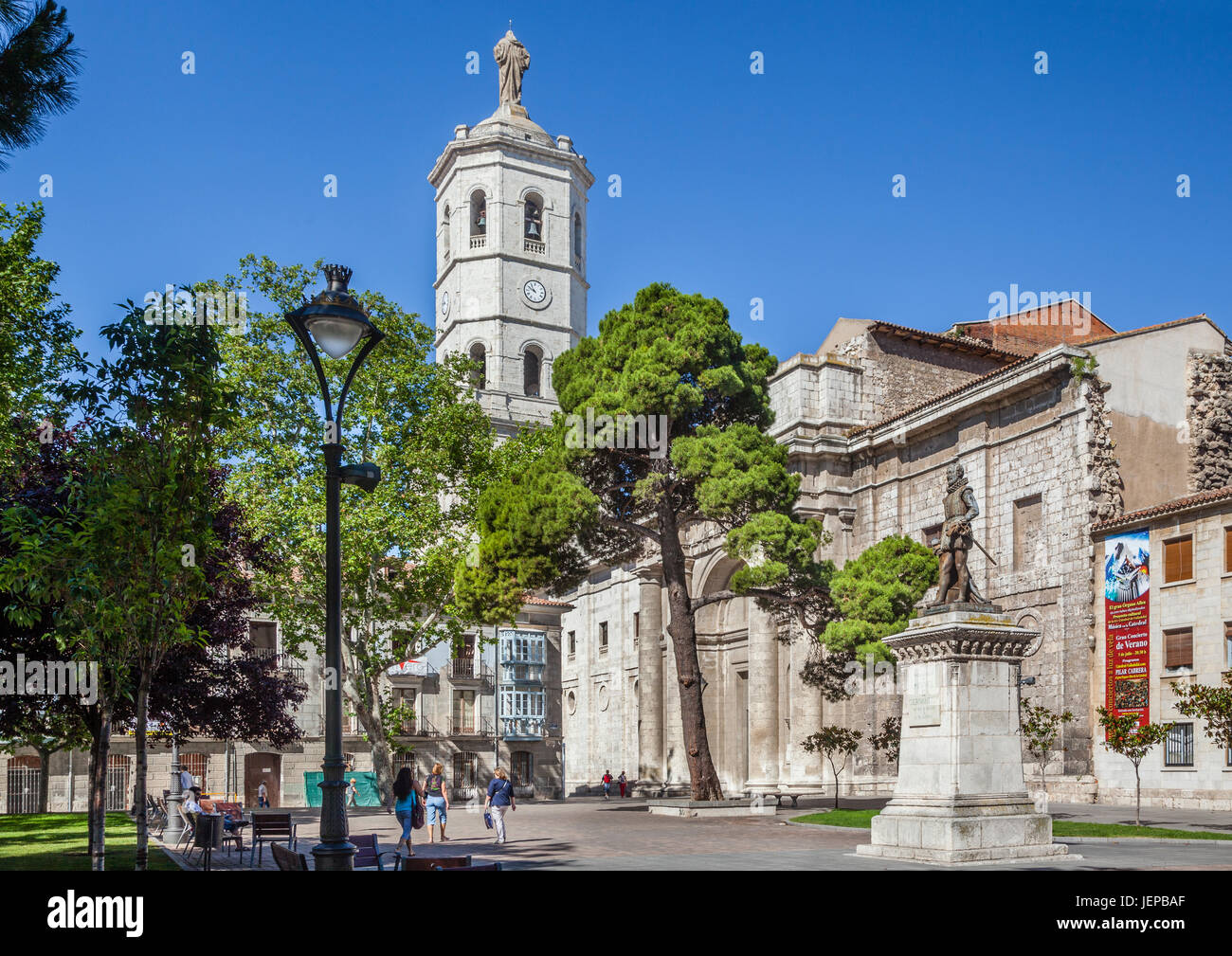 Spain, Castile and Leon, Valladolid, Plaza de la Universidad with Cervantes memorial und view of the unfinished - Stock Image