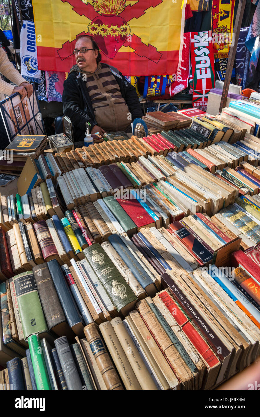 A secondhand book stall in the Rastro flea market around Lavapies and Embajadores in the centre of Madrid, Spain. - Stock Image