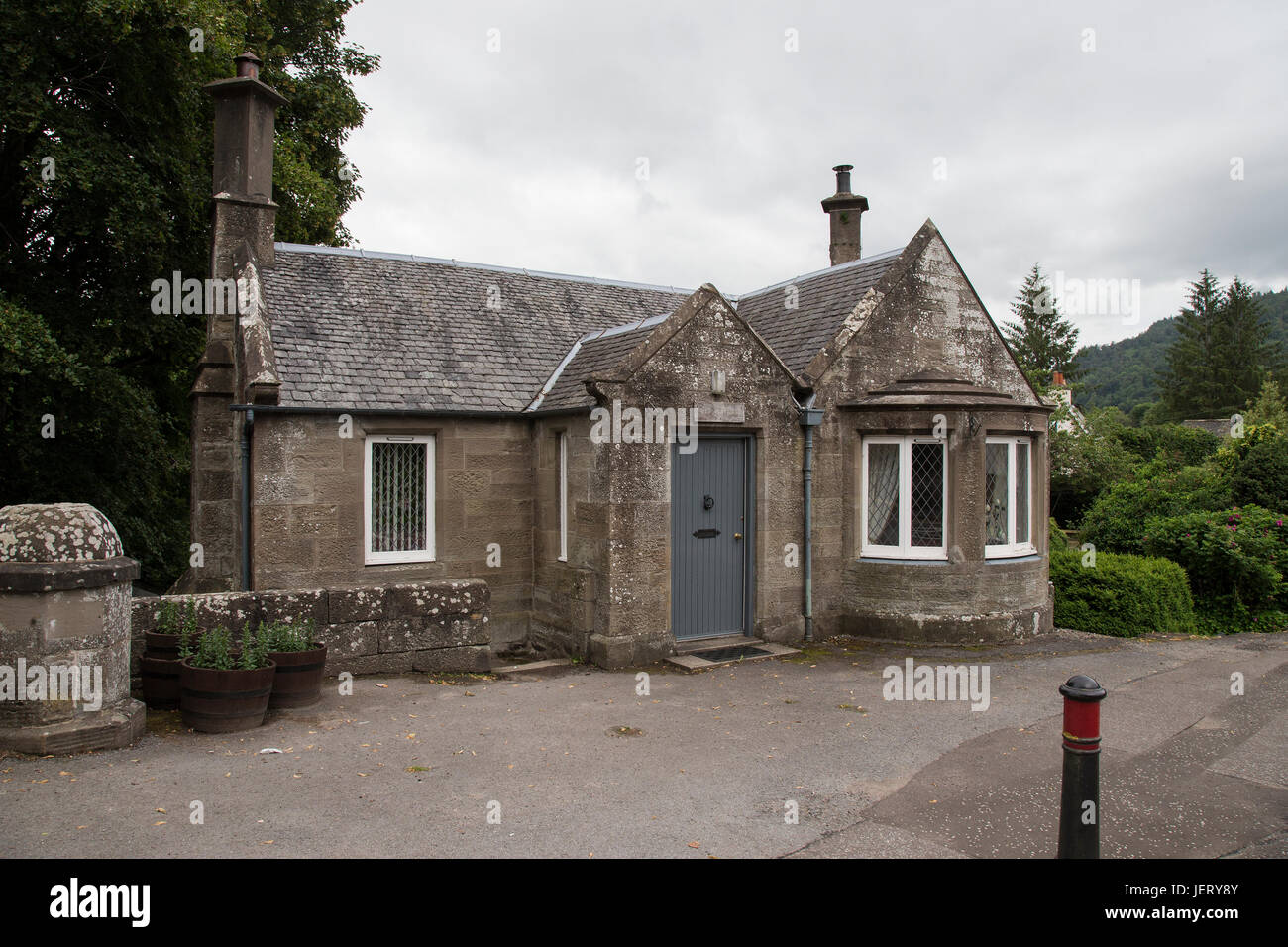 Toll House on the River Tay bridge at Dunkeld, Scotland - Stock Image