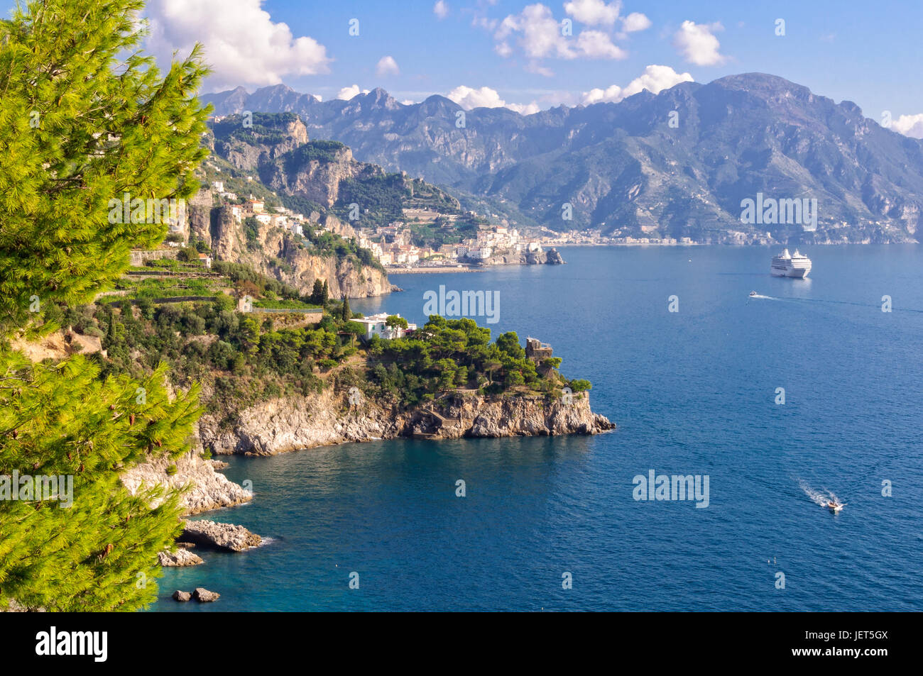 Cruise ship along the Amalfi Coast between Conca dei Marini and Positano - Campania, Italy - Stock Image