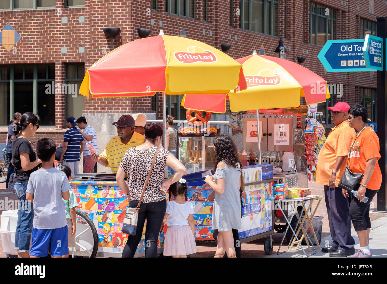 Ice cream vendor and customers on a hot summer day in Alexandria, VA - Stock Image