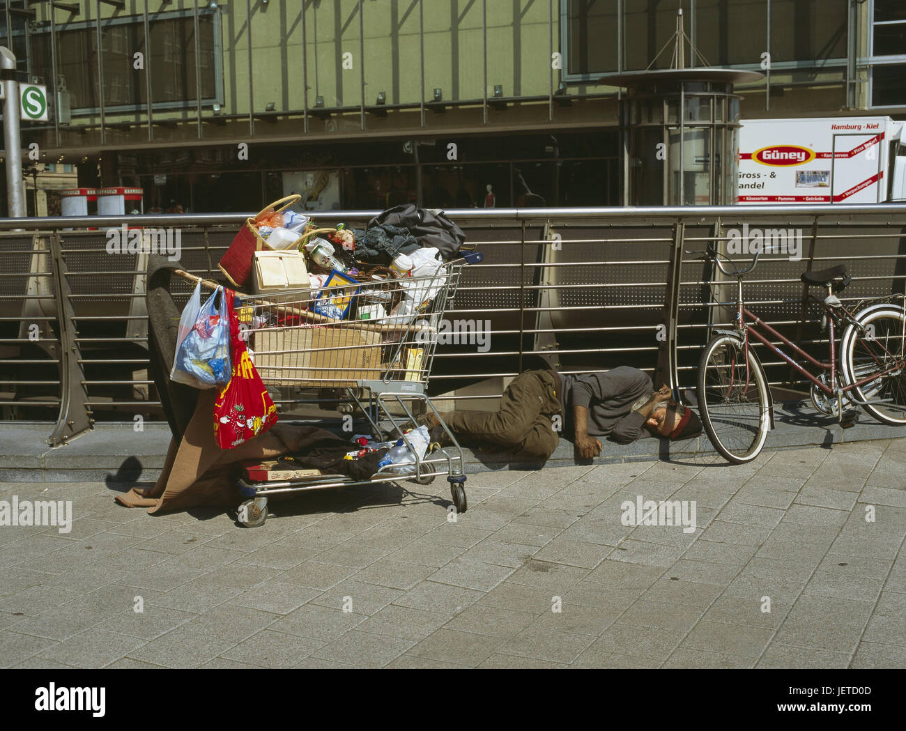 Germany, Hamburg, homeless, sleep, shopping cart, belongings, North Germany, city, Hanseatic town, port, town, city - Stock Image