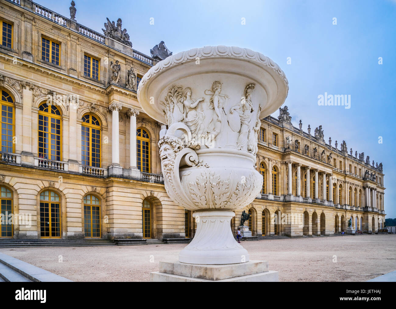 France, Ile-de-France, Garden facade of the Palace of Versailles and big marble vase - Stock Image