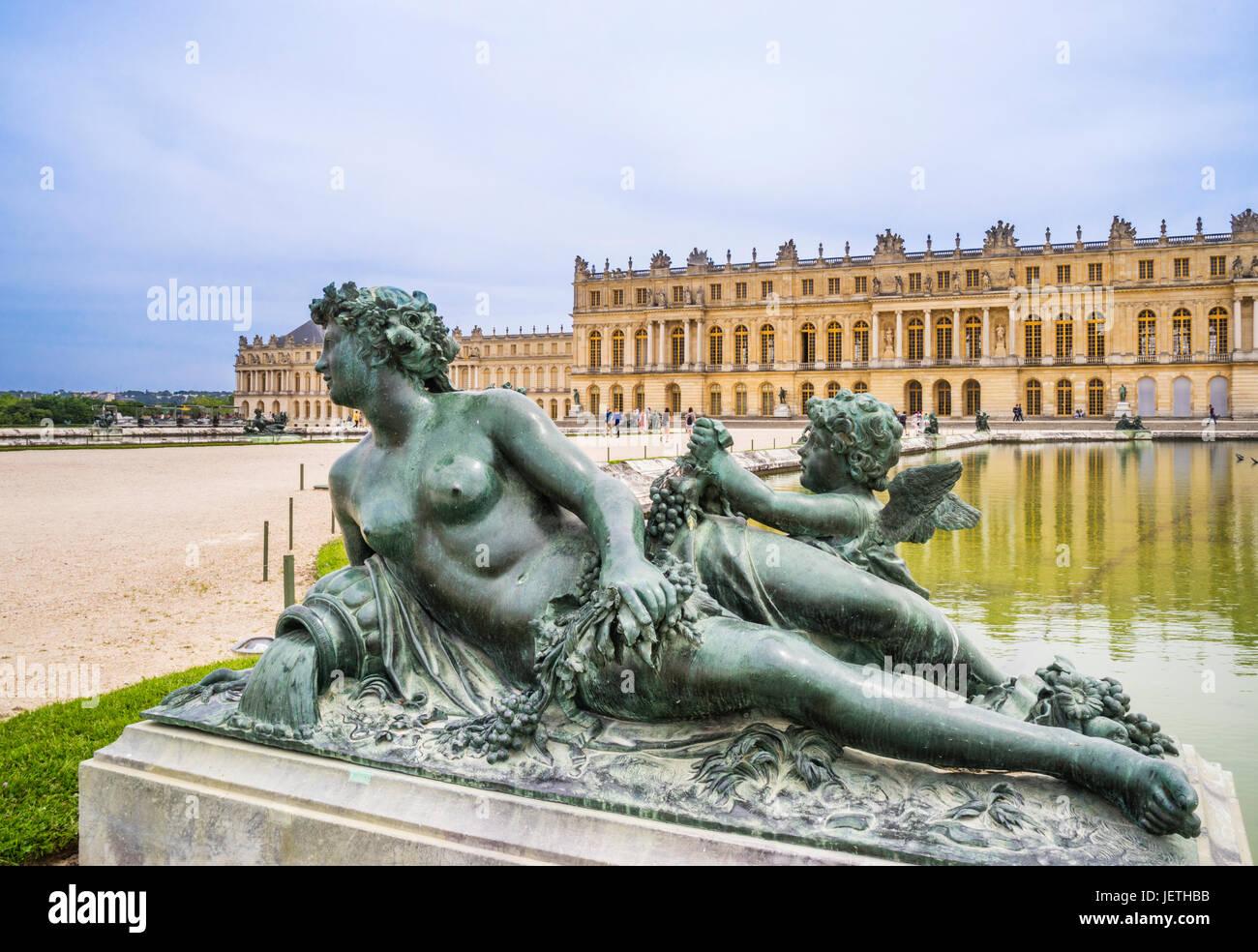 France, Ile-de-France, Palace of Versailles, Parterre d'Eau, Garden Facade of the palace and bronce sculpture - Stock Image
