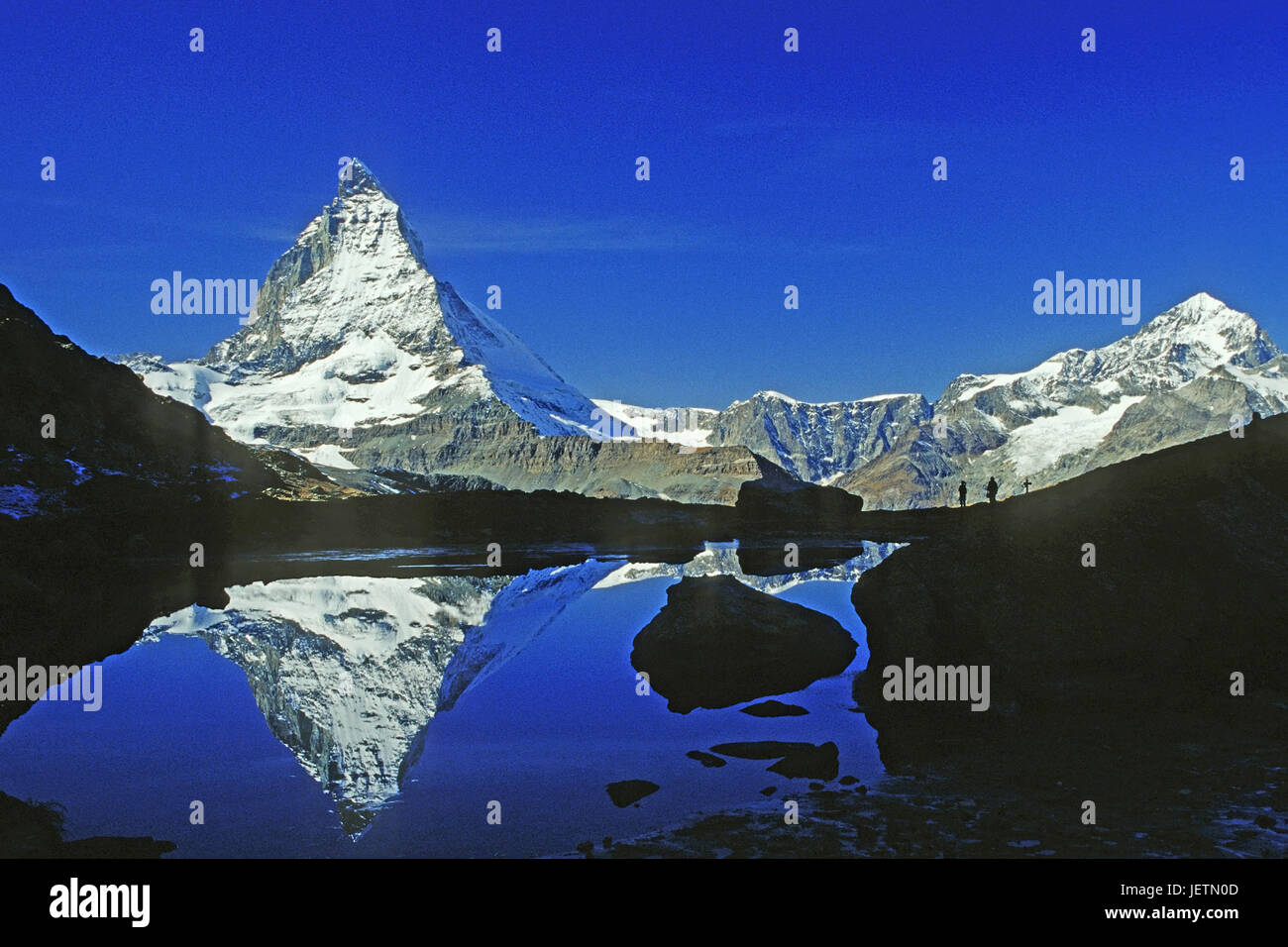 Matterhorn is reflected in a mountain lake, Matterhorn spiegelt sich in einem Bergsee - Stock Image