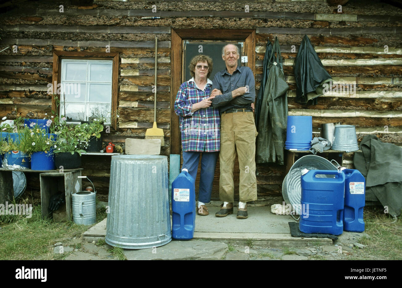 older gold digger married couple before her log cabin in the Brooks to rank, Alaska, Älteres Goldgräber - Stock Image
