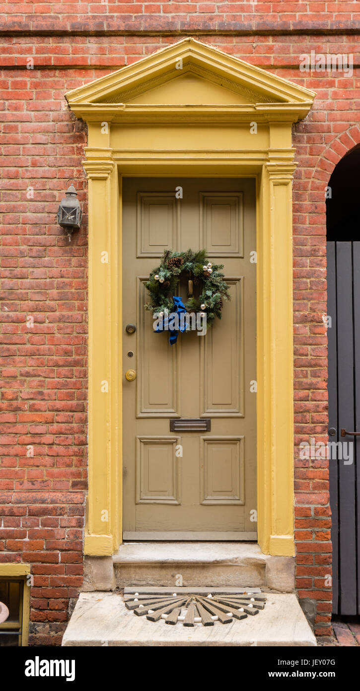 Colonial green doorway in historic Elfreth's Alley in Philadelphia with pediment and  christmas wreath. - Stock Image