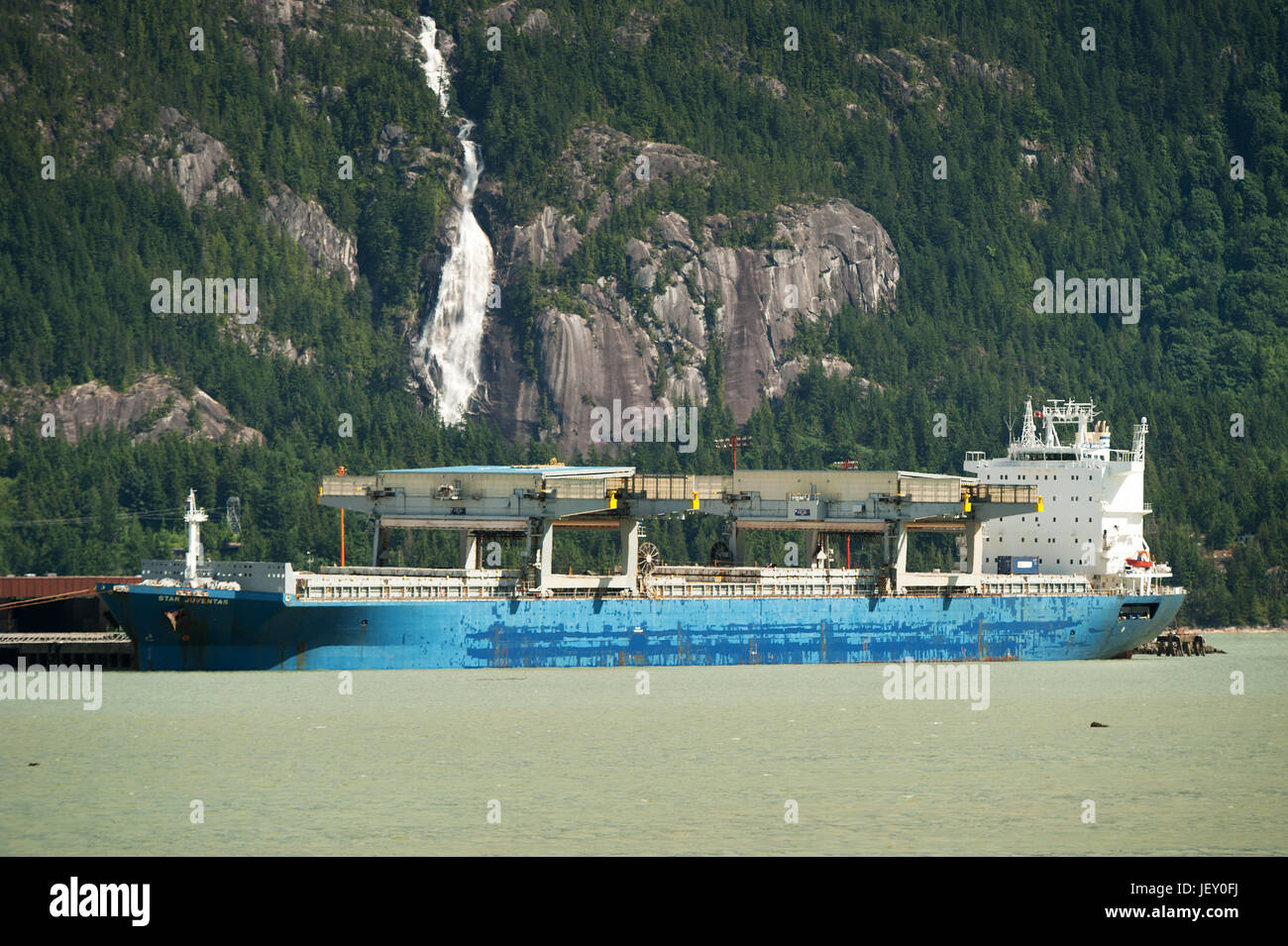 The cargo ship Star Juventas moored at the Squamish Terminals pier.  Squamish BC, Canada. - Stock Image