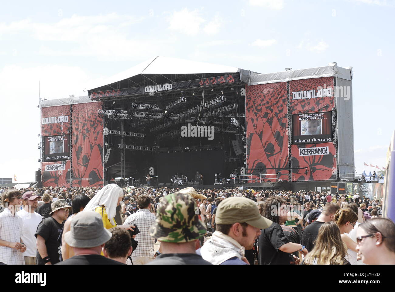 Download Festival - crowds in front of the main stage on Day