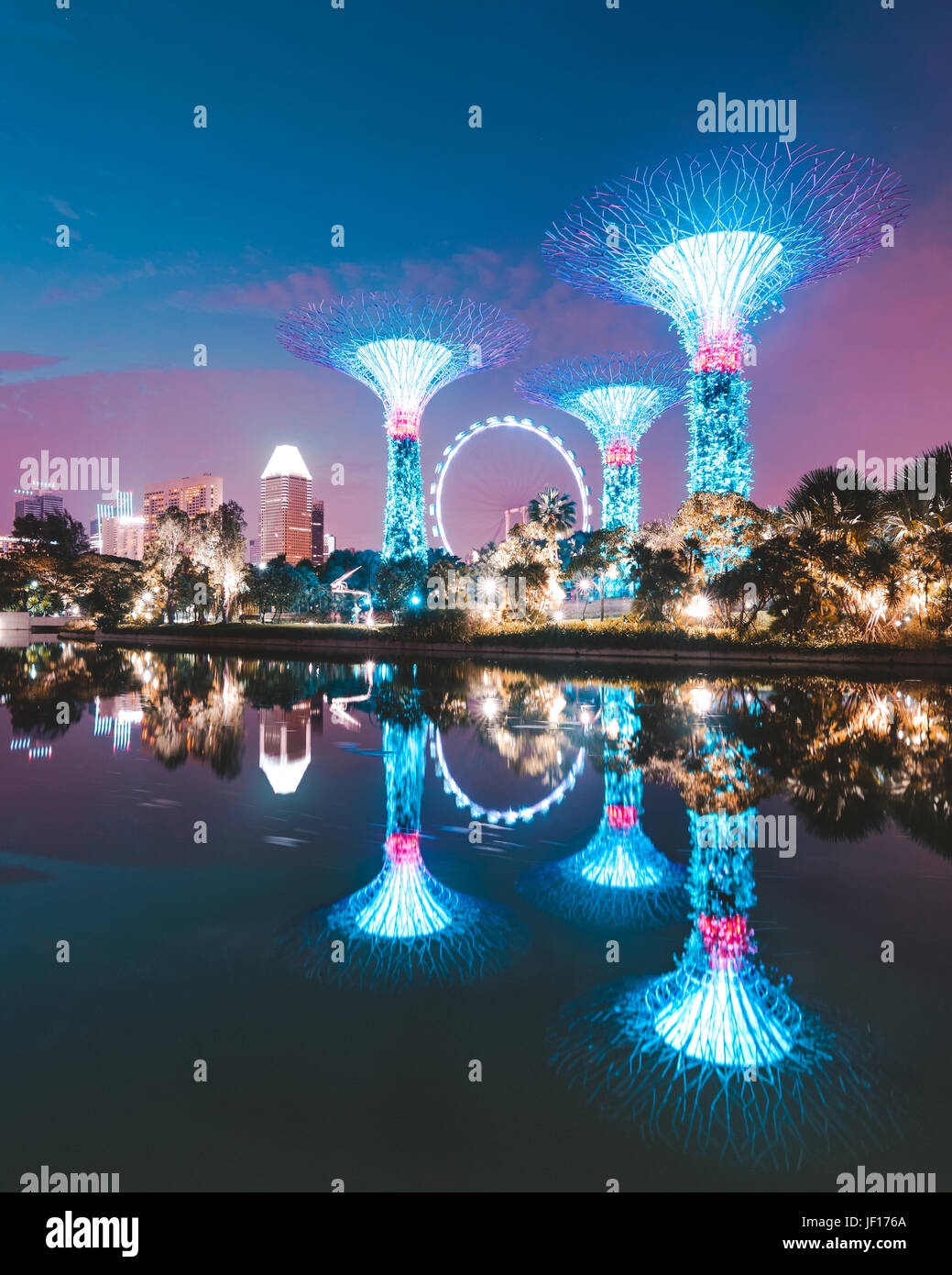 SINGAPORE: Supertree Grove. MIND-BLOWING images show what looks like a science fiction megacity is in fact the most - Stock Image