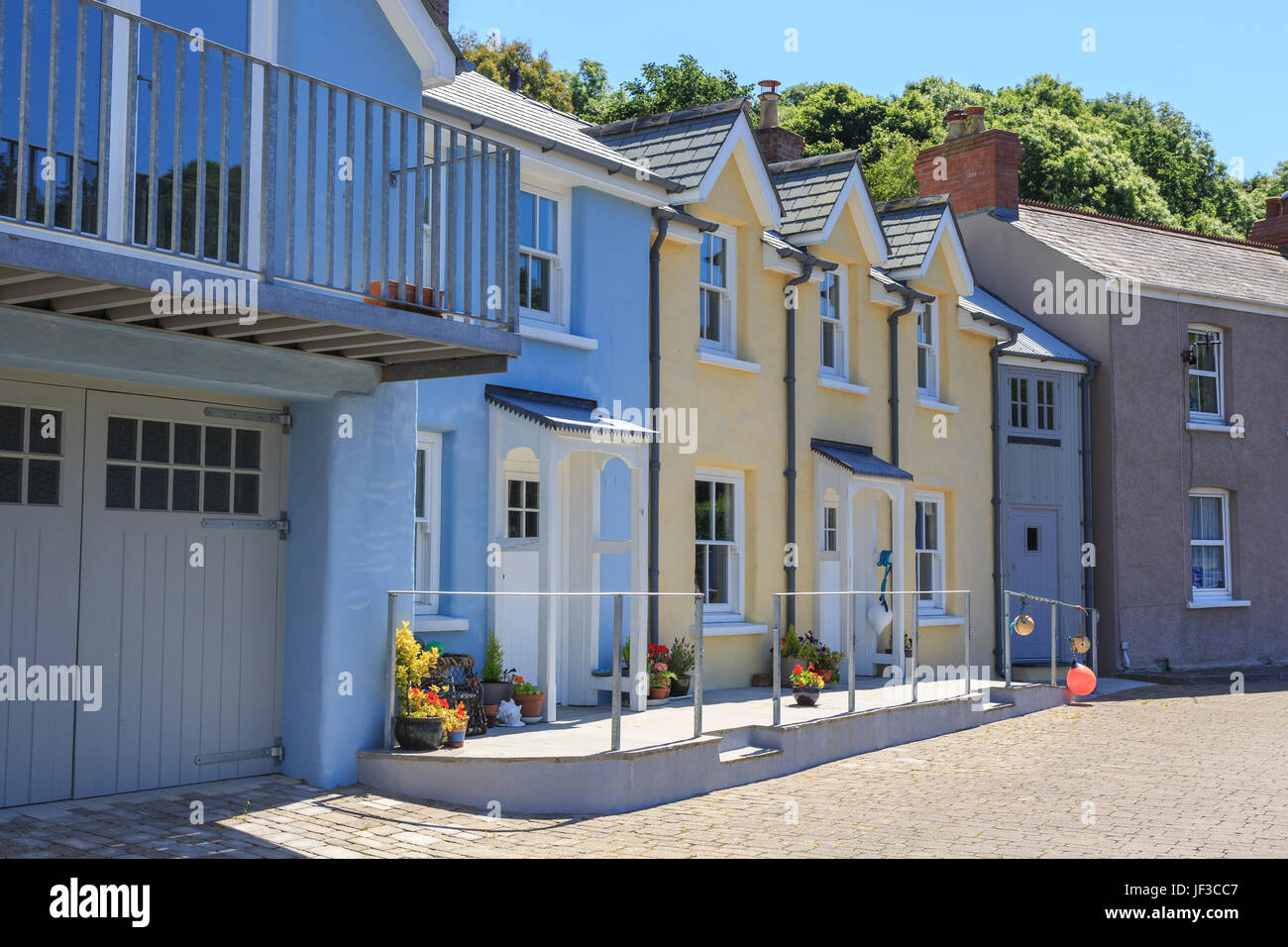 Painted cottages, Lower Fishguard, Pembrokeshire, Wales, UK - Stock Image