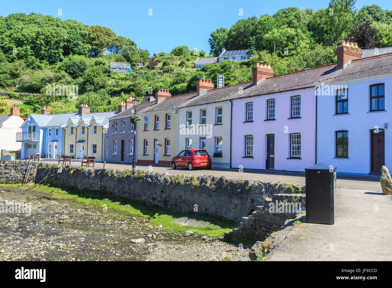 Painted cottages along the harbour, Lower Fishguard, Pembrokeshire, Wales, UK - Stock Image