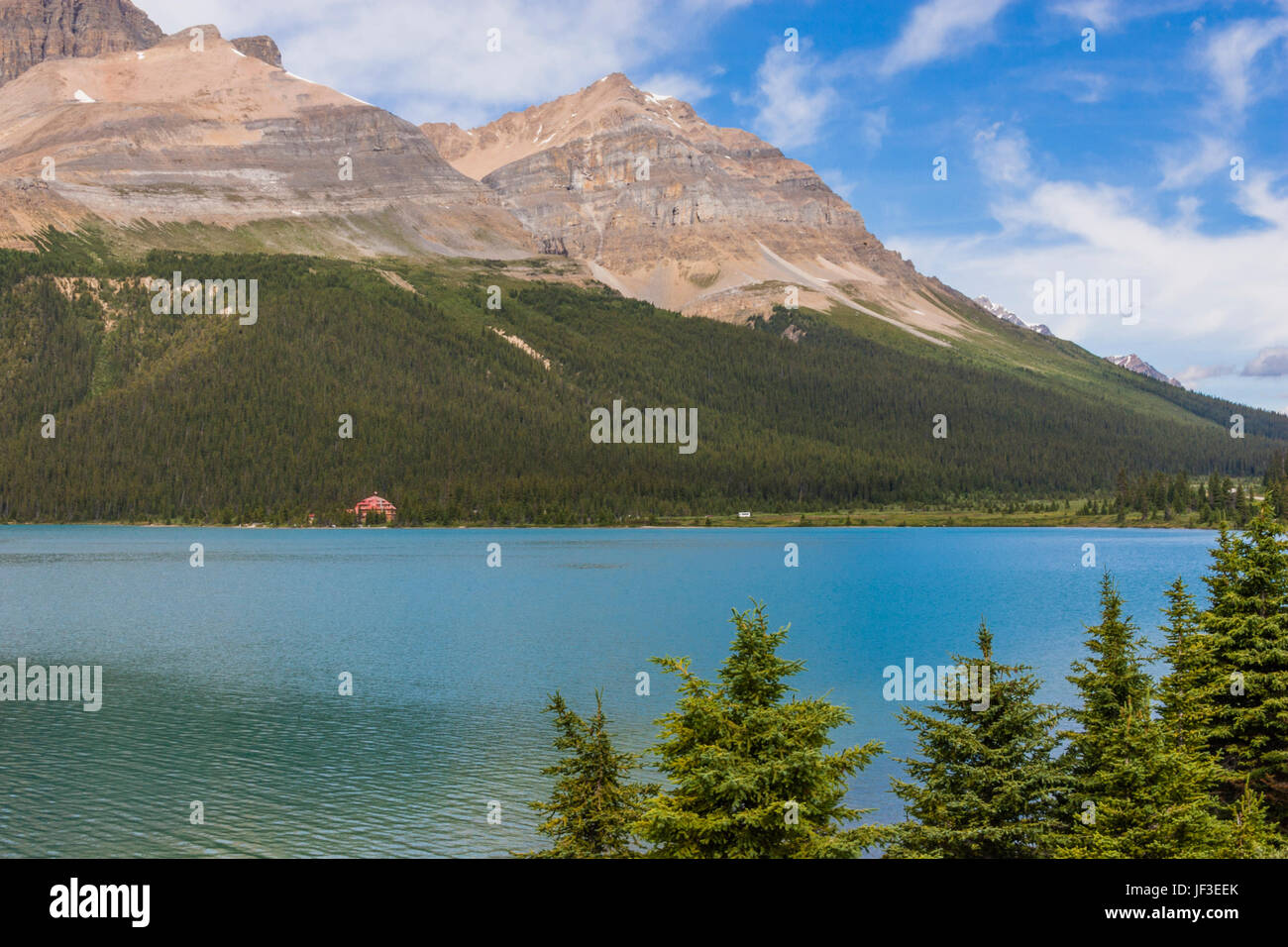Num-ti-jah Lodge at Bow Lake and Crowfoot Mountain in Banff National Park, Alberta, Canada. - Stock Image