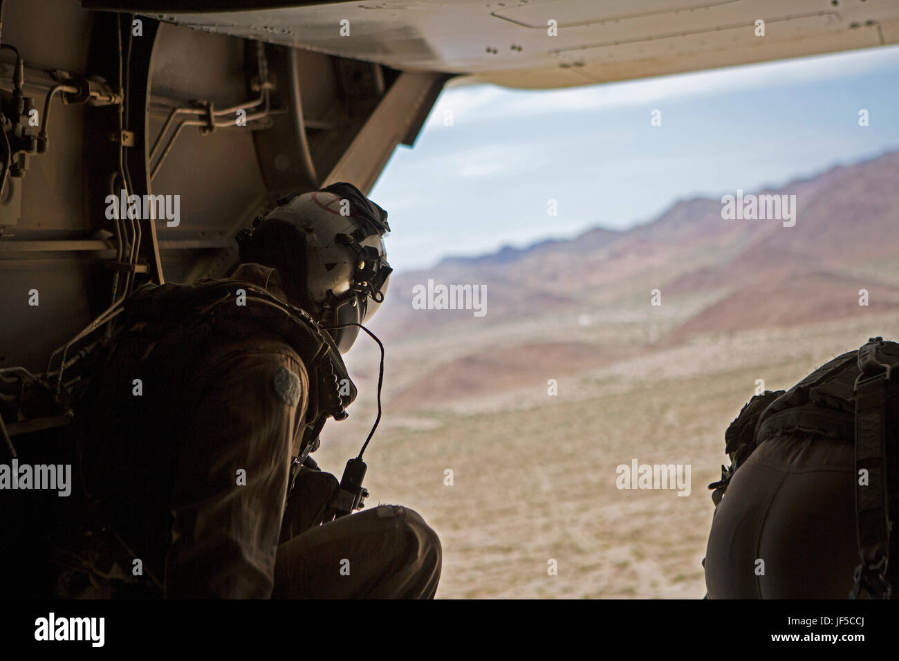Marines with Marine Medium Tiltrotor Squadron (VMM) 363 conduct an air delivery ground refueling (ADGR) exercise Stock Photo