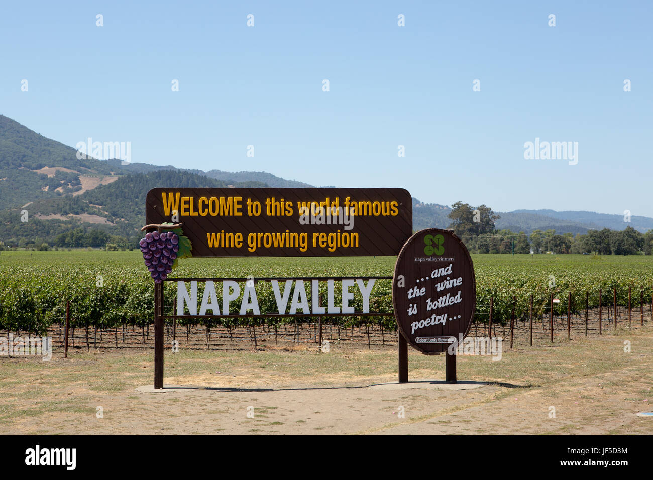 A sign welcoming people to the world famous wine growing region of Napa Valley. - Stock Image