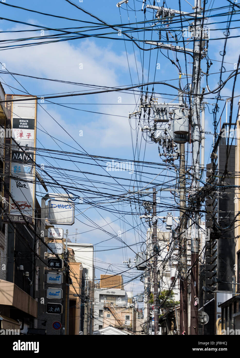 Messy,tangled overhead power cables. - Stock Image