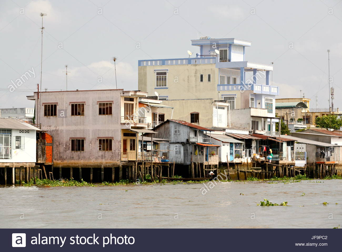Overwater homes along the Mekong River. - Stock Image
