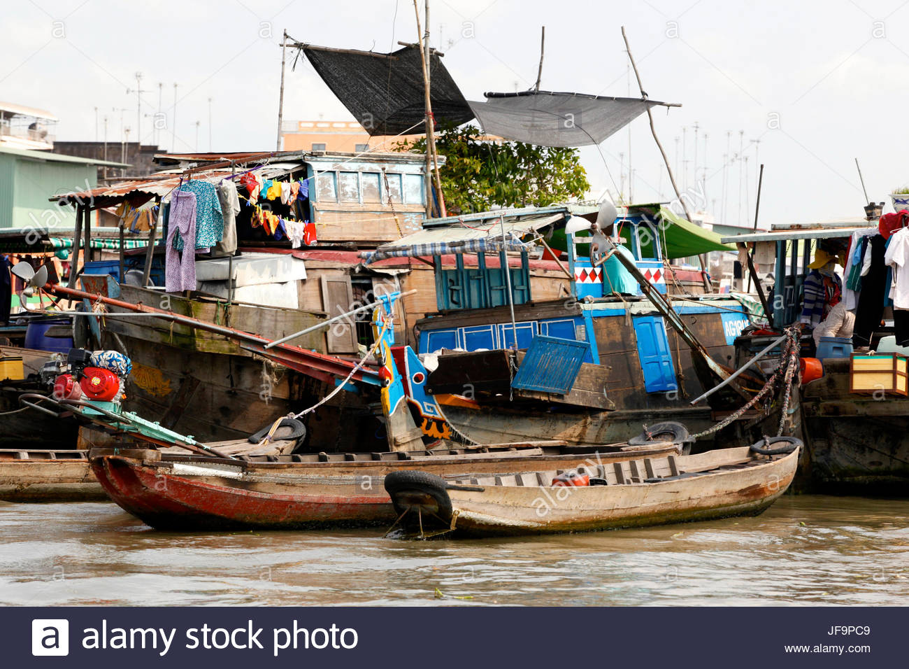Boats and overwater homes along the Mekong River. - Stock Image