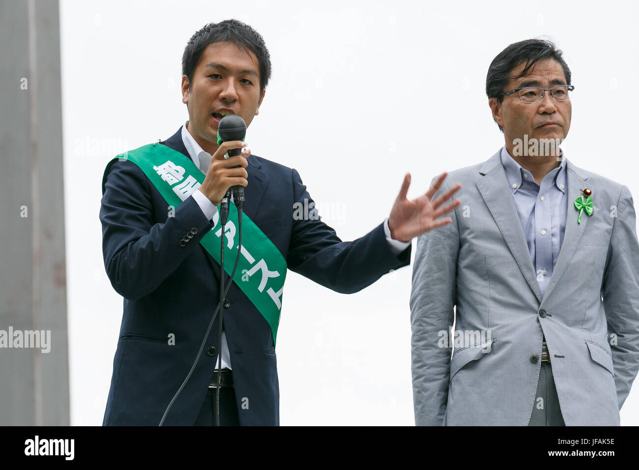 Tokyo, Japan. 1st July, 2017. Candidate Kunikazu Suzuki (L), delivers a street speech while campaigning for tomorrow's - Stock Image