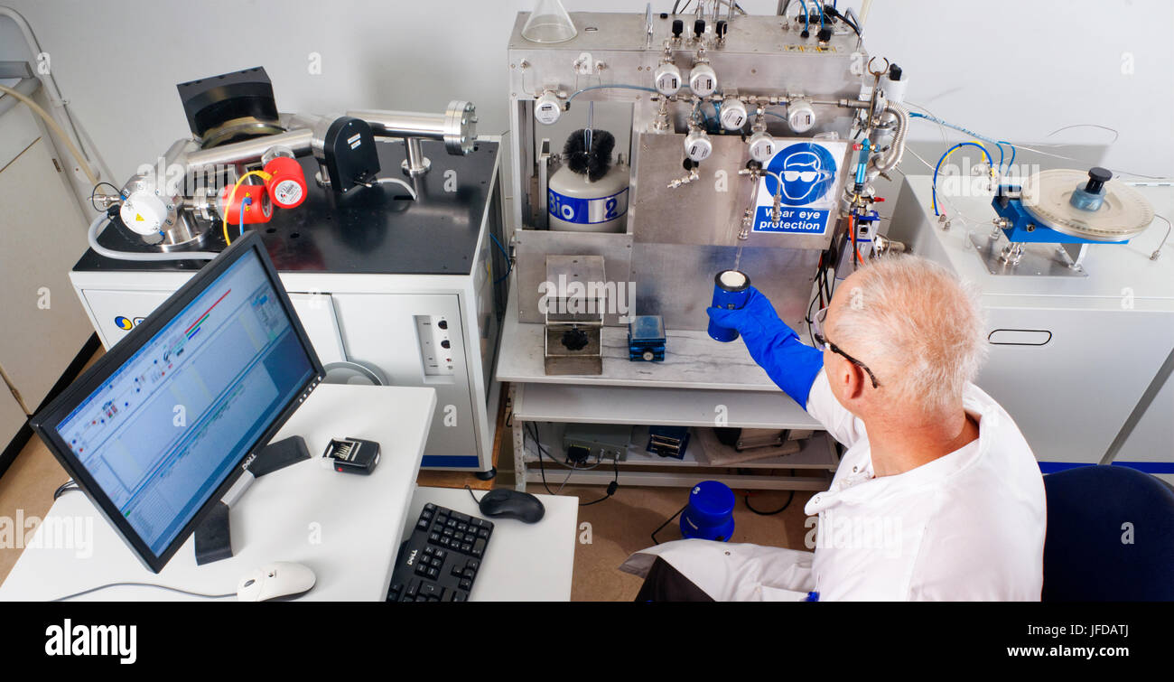 Reduction of organic material using an elemental analyser coupled to a mass spectrometer, for radiocarbon dating - Stock Image