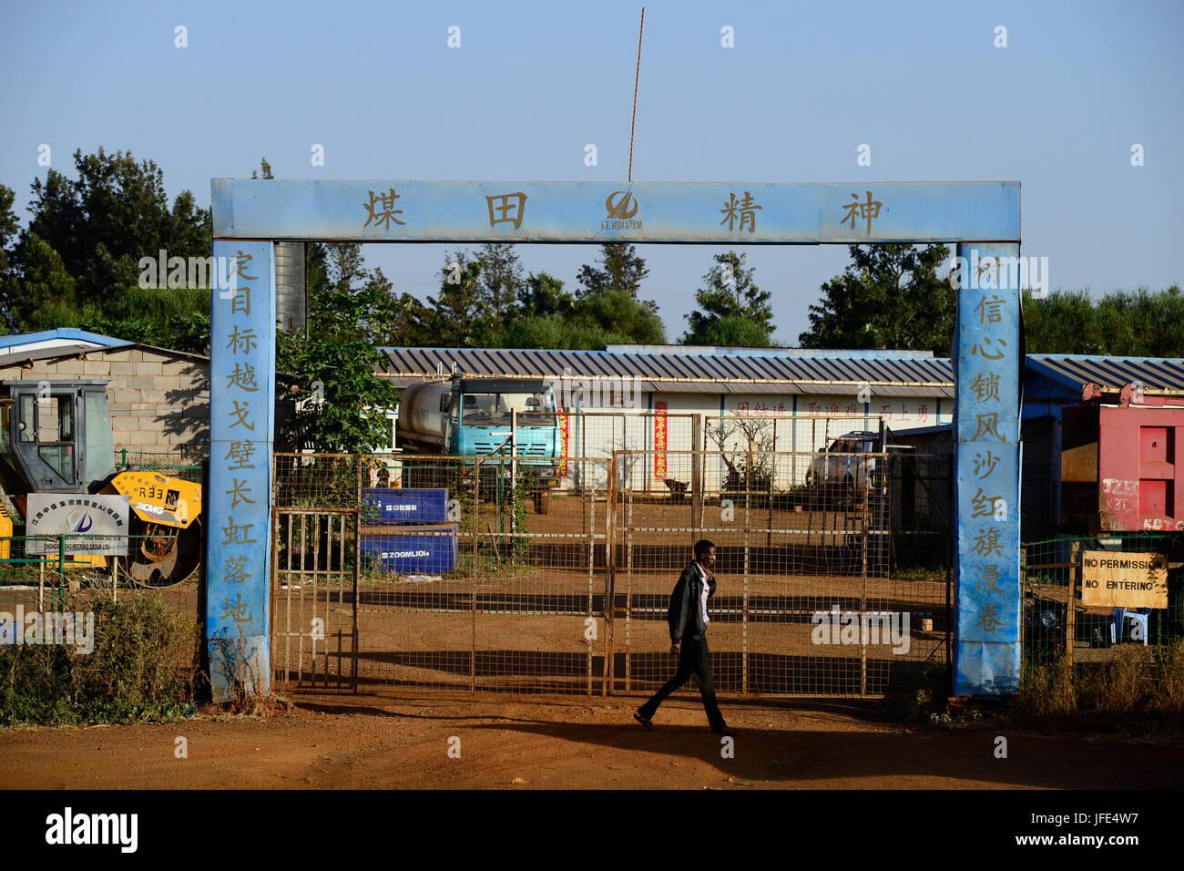 KENYA, Marsabit, chinese construction company, road construction / KENIA, Marsabit, chinesische Baufirma, Strassenbau - Stock Image
