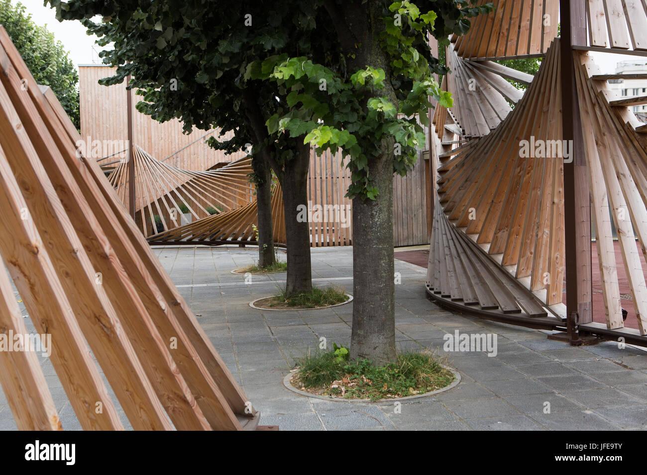 Trees and wooden fences at the Parc de la Villette. - Stock Image