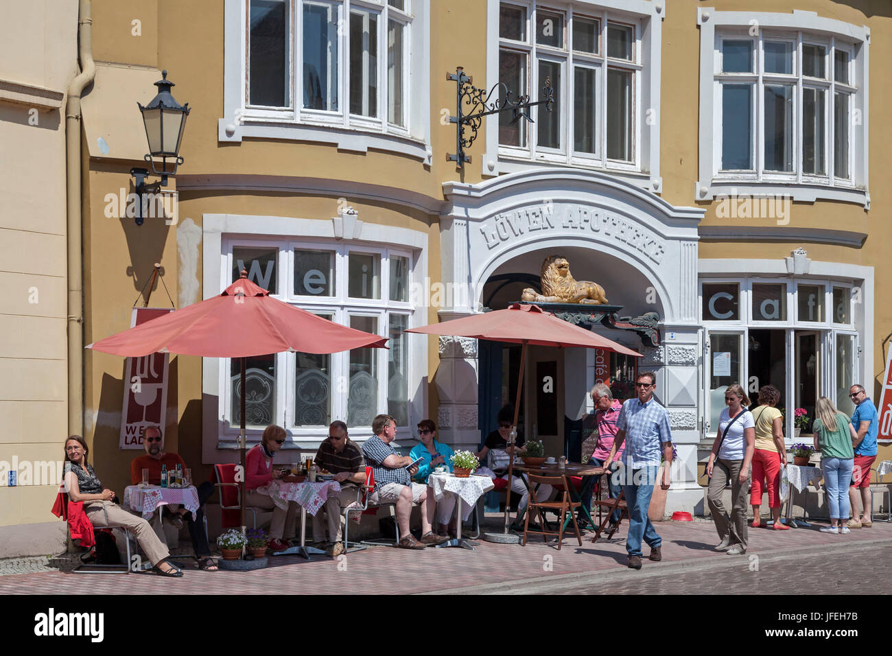Shops and cafés on the marketplace, Hanseatic town Wismar, Mecklenburg, Mecklenburg-West Pomerania, Germany - Stock Image