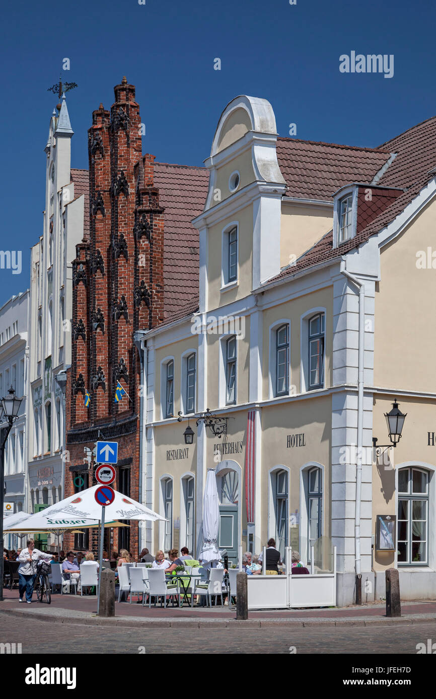 Old boy and Reuterhaus on the marketplace, Hanseatic town Wismar, Mecklenburg, Mecklenburg-West Pomerania, Germany - Stock Image