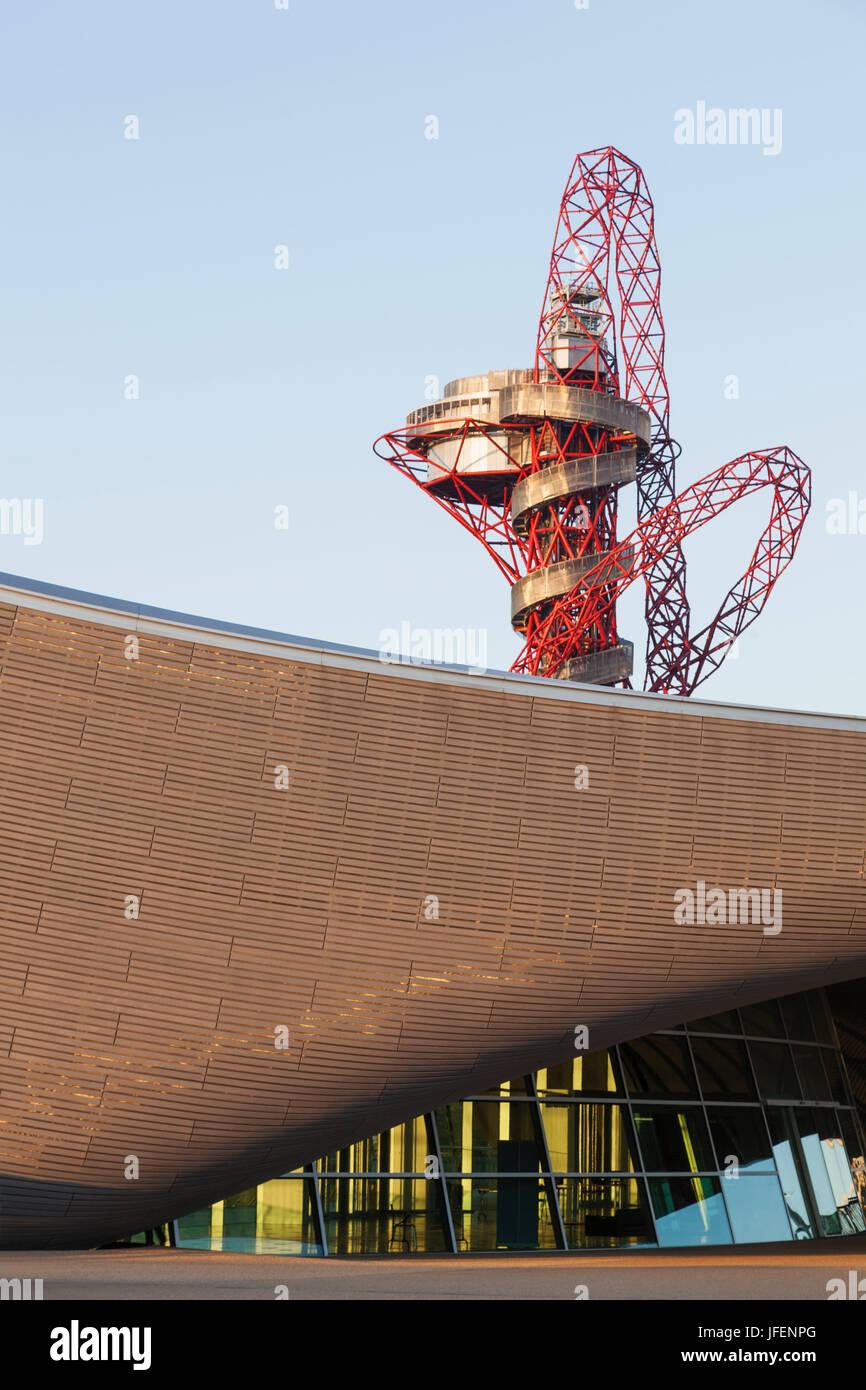 England, London, Stratford, Queen Elizabeth Olympic Park, ArcelorMittal Orbit Sculpture and Aquatics Centre - Stock Image