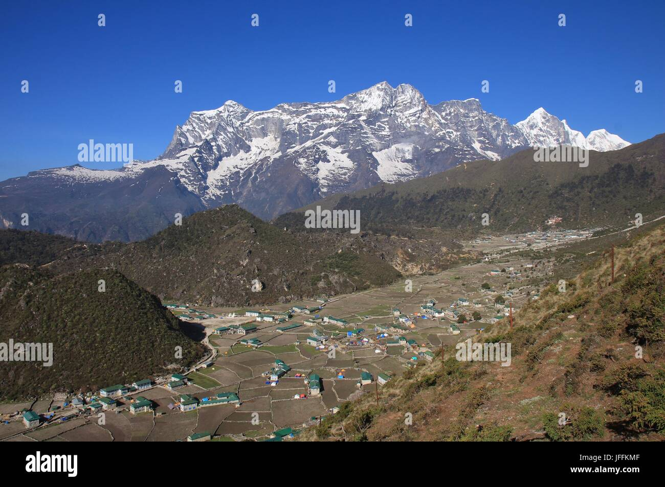 Sherpa village Khumjung and high mountains - Stock Image