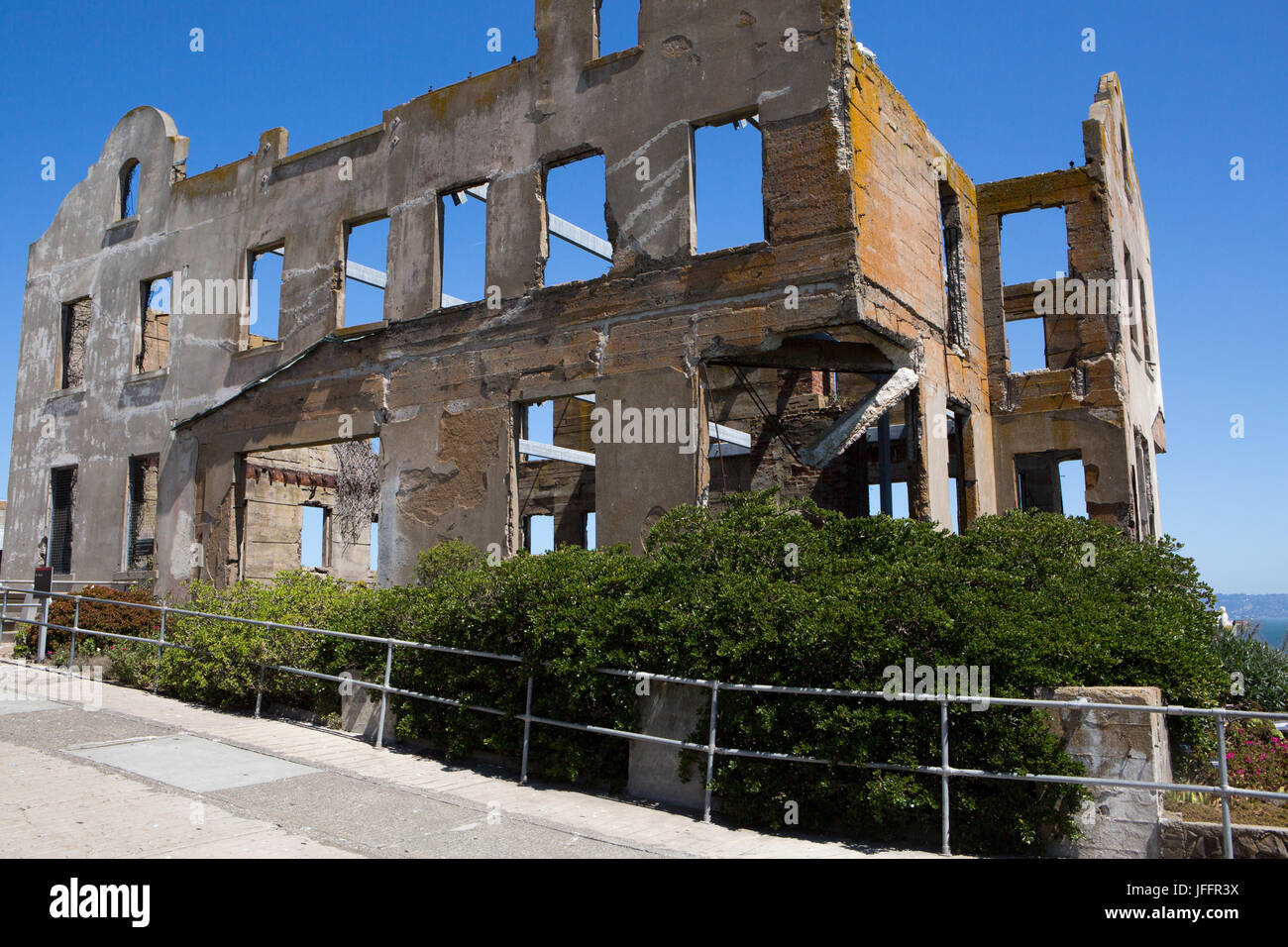The crumbling ruins of the Warden's House, at Alcatraz Federal Penitentiary. - Stock Image