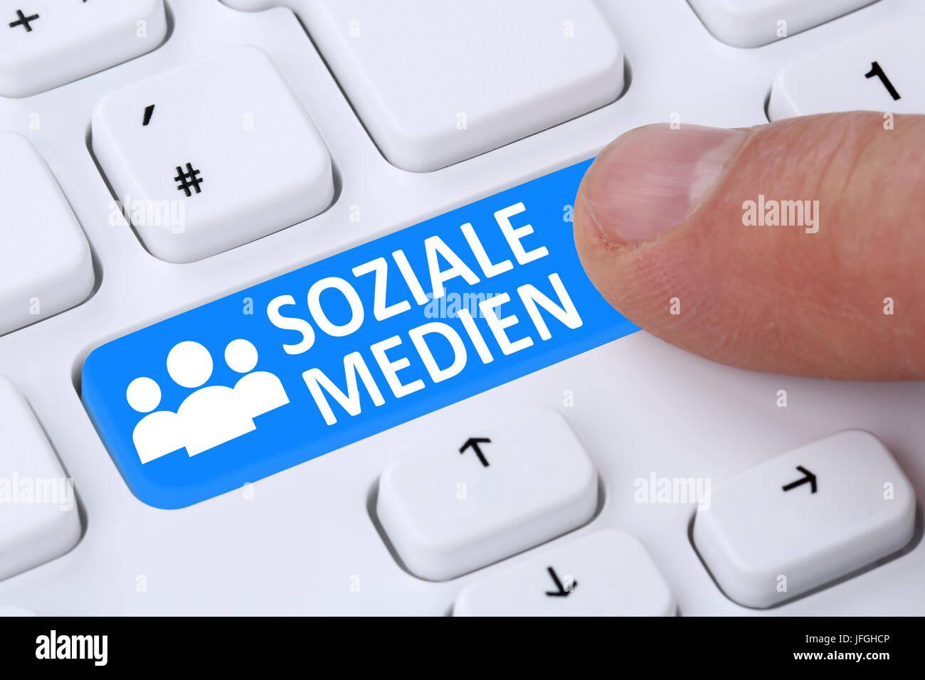 Soziale Netzwerke und Medien Button drücken Freundschaft online im Internet - Stock Image