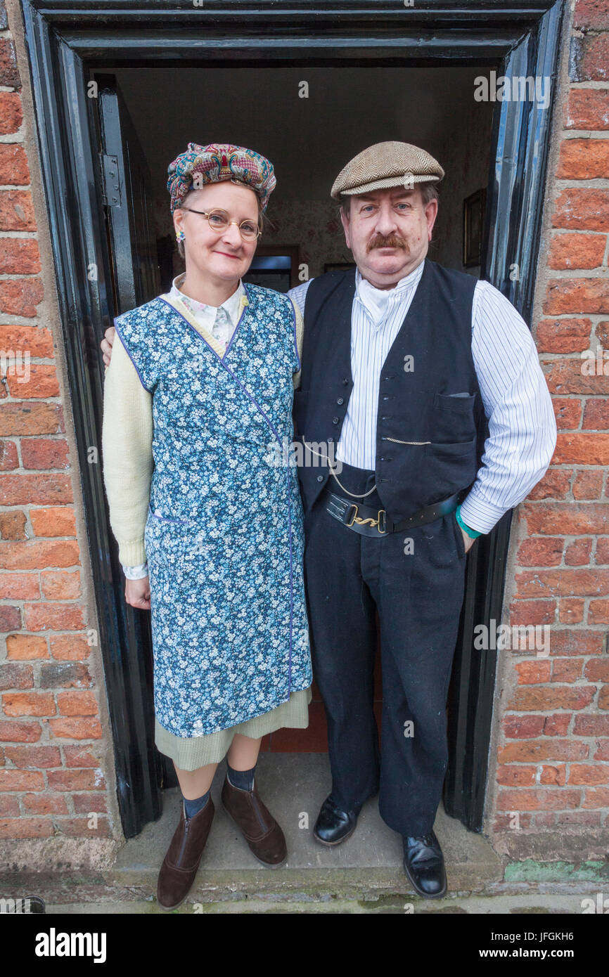 England, Cheshire, Ellesmere Port, National Waterways Museum, Couple in 1930's Clothing - Stock Image