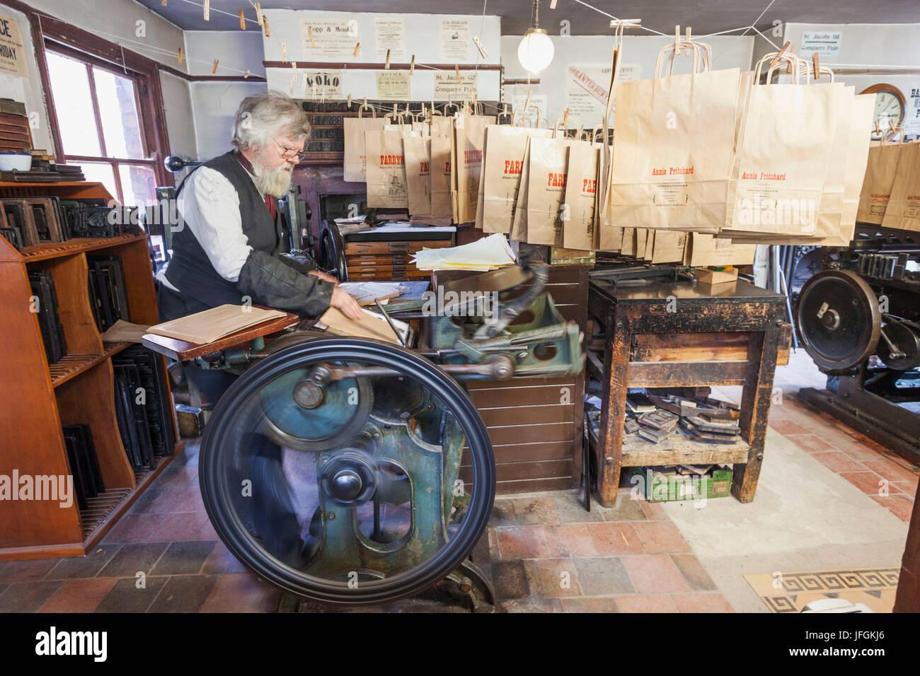 England, Shropshire, Ironbridge, Blists Hill Victorian Town, Historical Printing Machine Demonstration - Stock Image