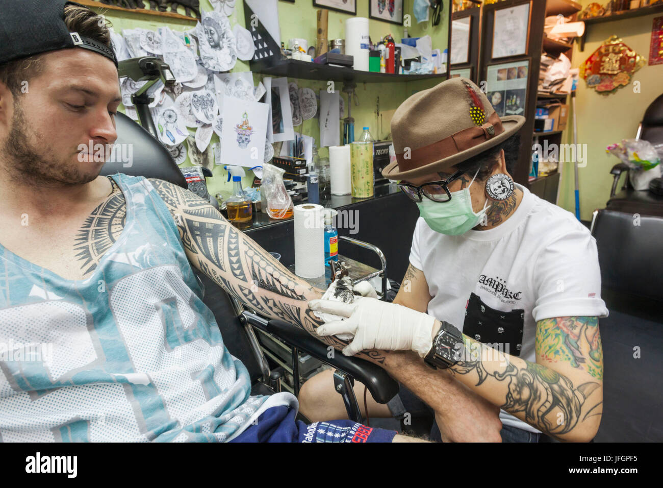 Thailand, Bangkok, Khaosan Road, Tattoo Artist at Work - Stock Image