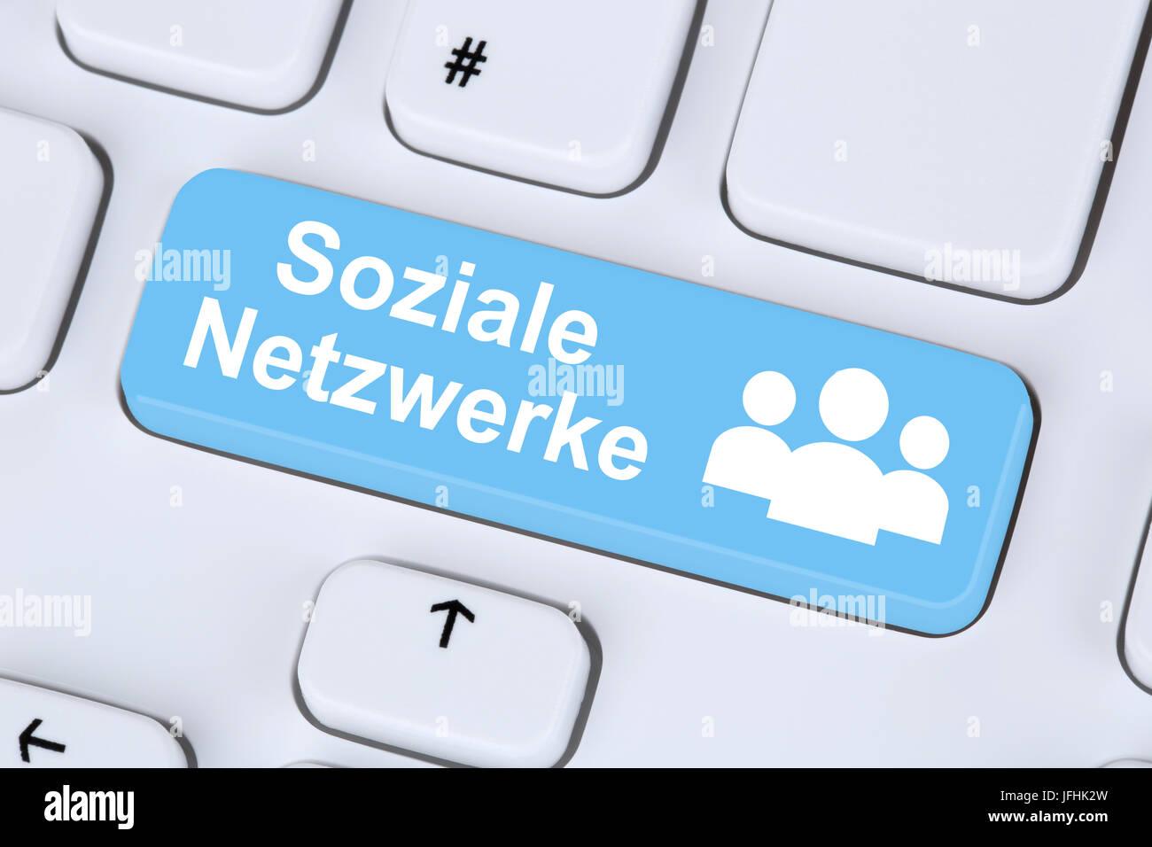 Soziale Netzwerke und Medien Freundschaft online im Internet - Stock Image