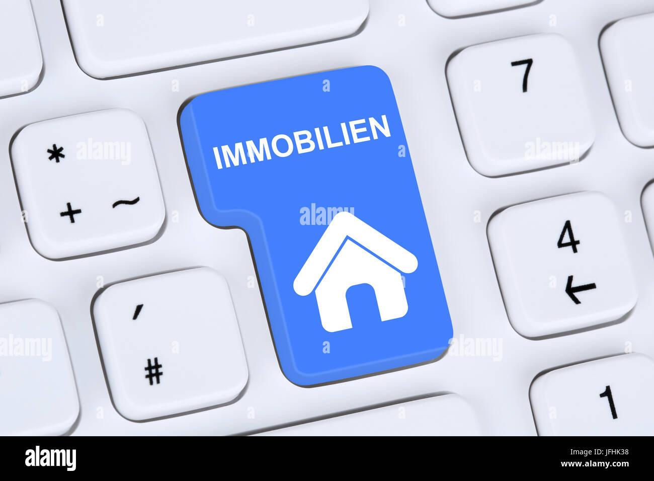 Immobilie oder Immobilien kaufen und verkaufen online auf Computer - Stock Image
