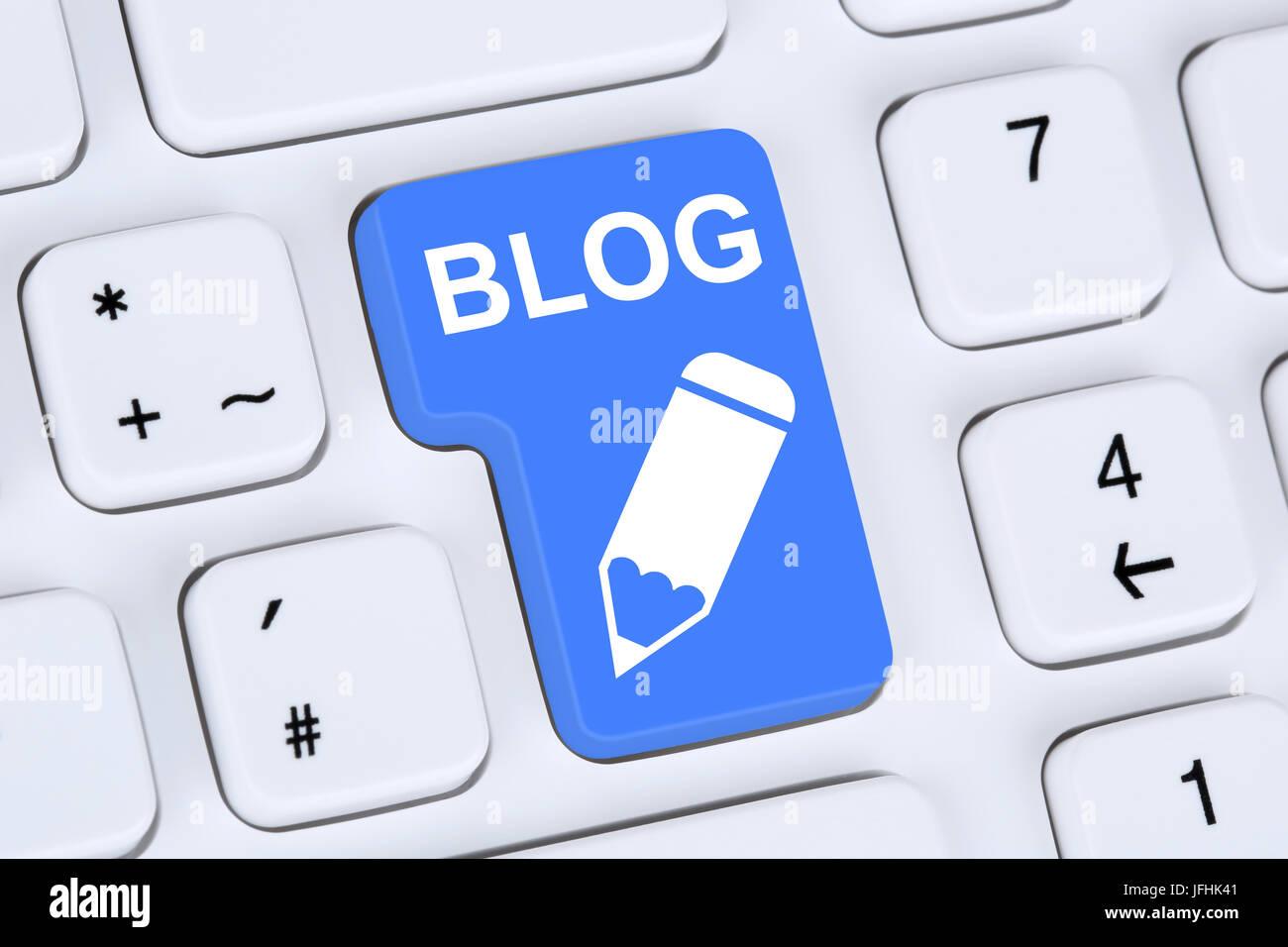 Blog schreiben online im Internet auf Computer - Stock Image
