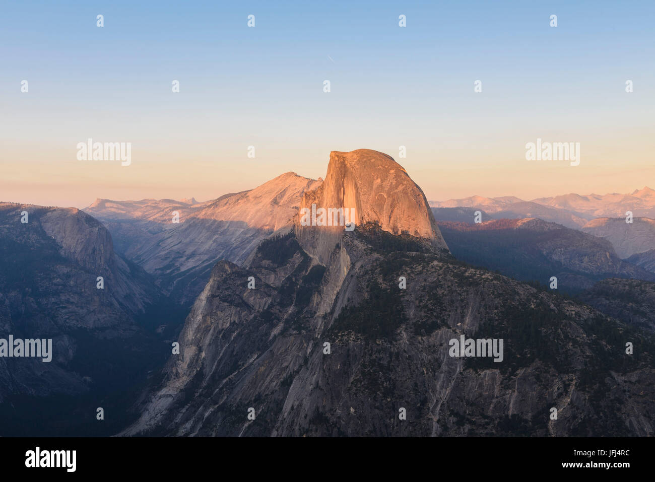 The last sunrays let the point of the Half Dome shine red-orange, the USA, California, Yosemite national park, Half - Stock Image