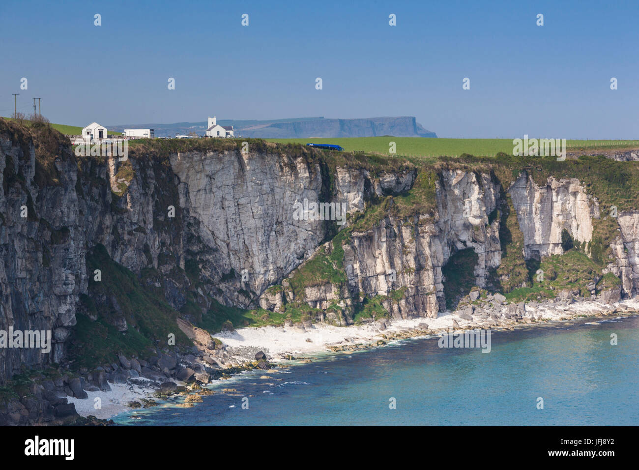 UK, Northern Ireland, County Antrim, Ballintoy, Carrick-a-Rede Rope Bridge, landscape - Stock Image