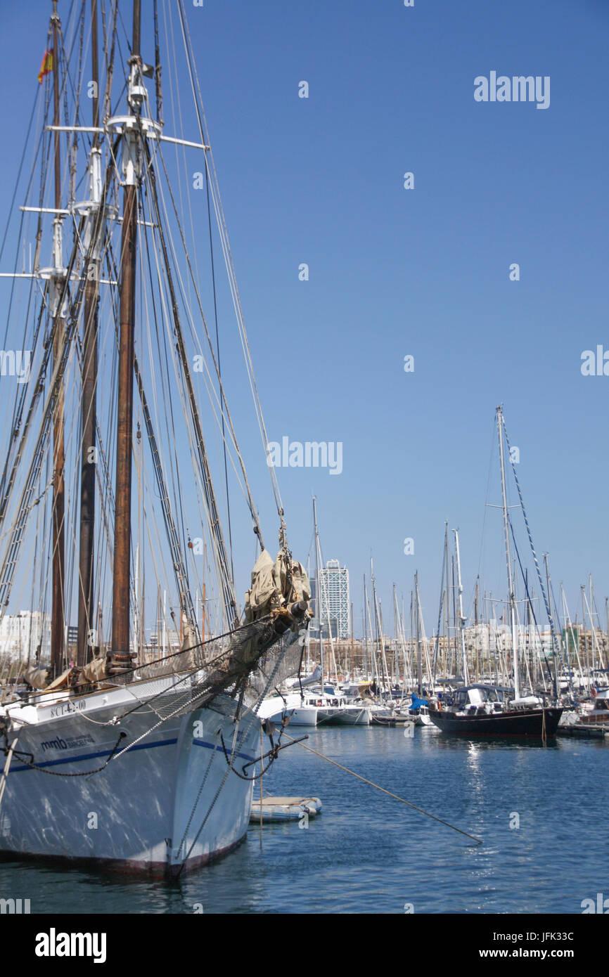 Voiliers dans le port de Barcelone, Espagne - Sailing boats in Barcelona harbour, Spain - Stock Image