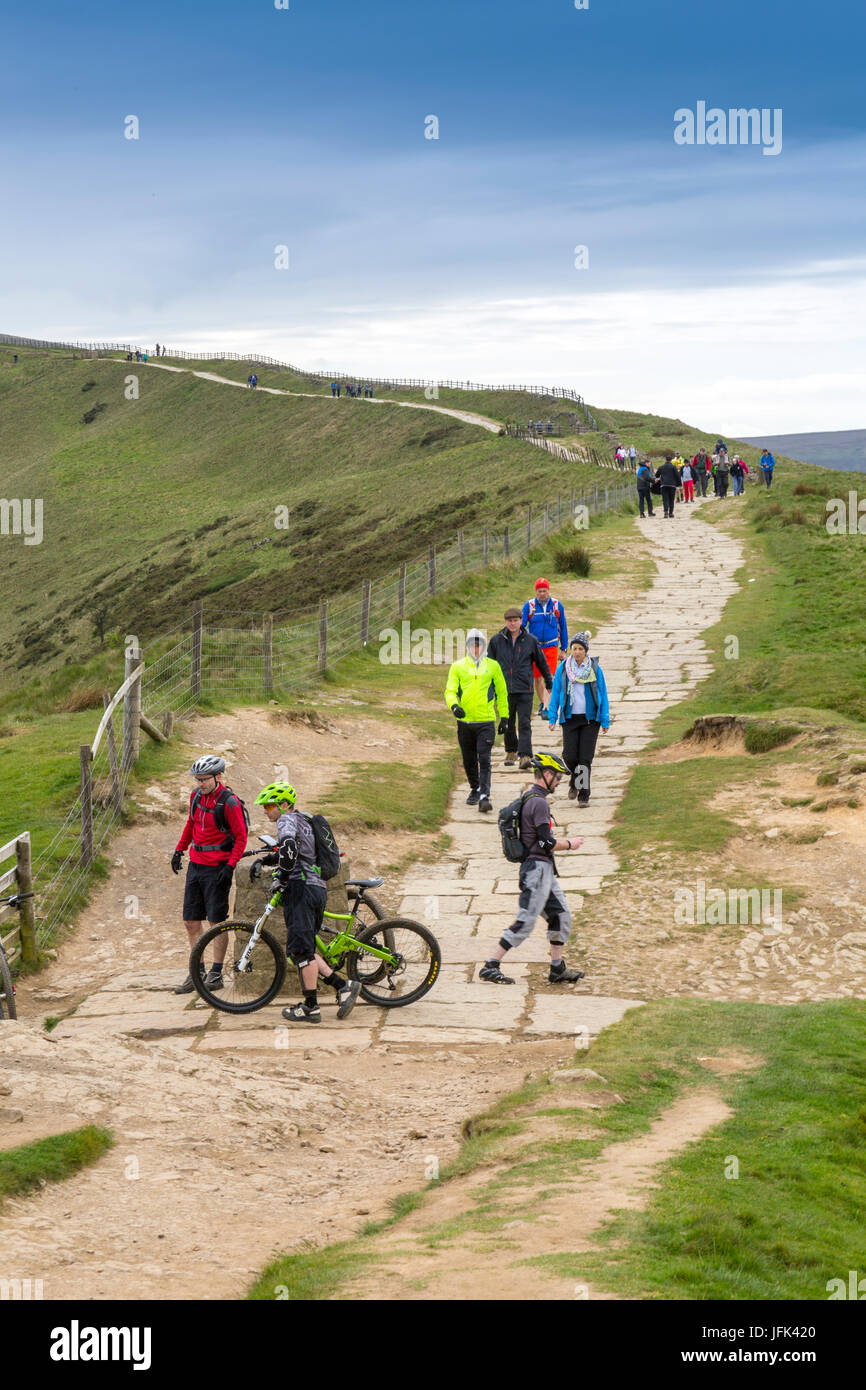 A busy day on The Great Ridge between Mam Tor and Lose Hill - walkers and mountain bikers enjoy a day in the Peak - Stock Image