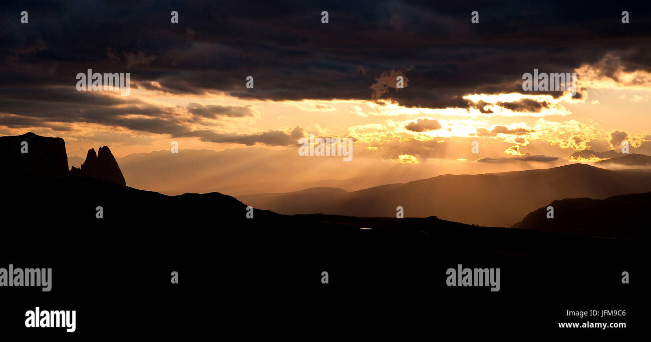 A silhouette of the Sciliar Massif and the Punta Santner (on the left) seen from the Rifugio Sassopiatto, Plattkofel - Stock Image