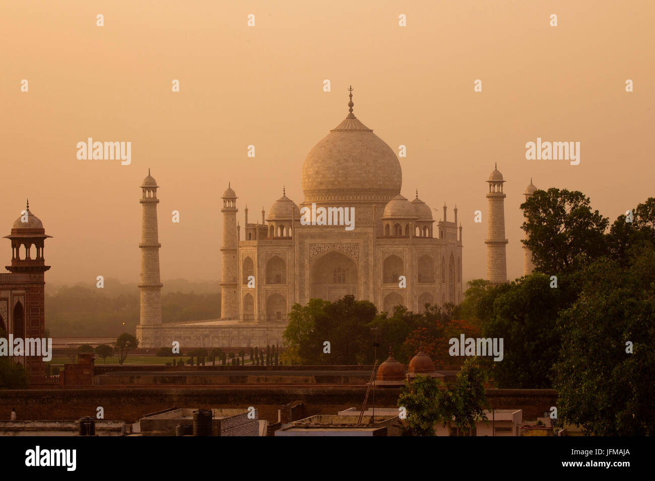 The Taj Mahal in Agra, northern India, Uttar Pedrash state, is an immense mausoleum of white marble, built between Stock Photo