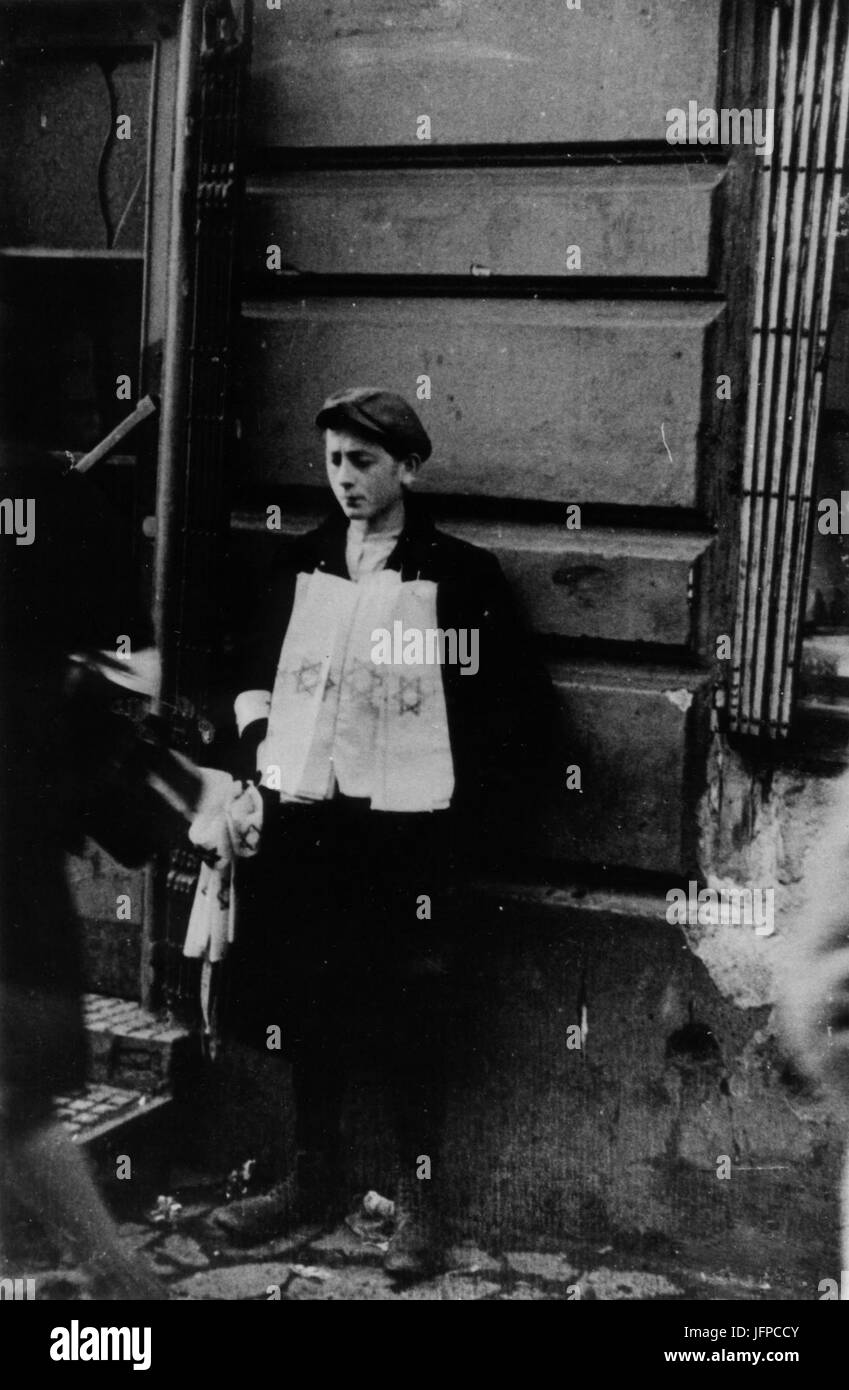 AGAD APW Chłopiec sprzedający na ulicy opaski żydowskie Stock Photo