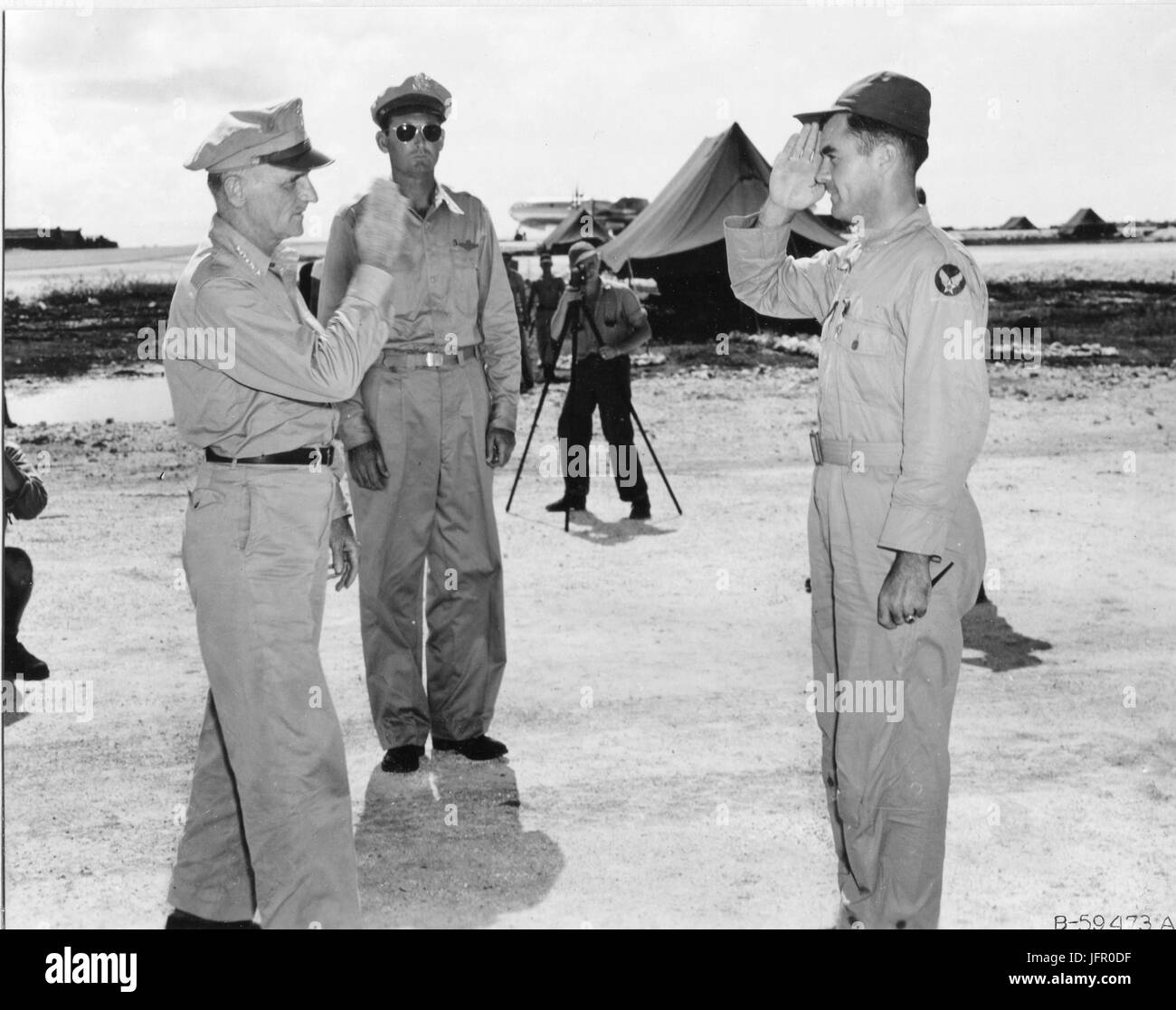 General Carl A. Spaatz saluting Col Paul W. Tibbets after presenting him with the Distinguished Service Cross. Tibbets - Stock Image